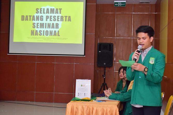 pembacaan susunan acara oleh MC dalam pembukaan seminar AN