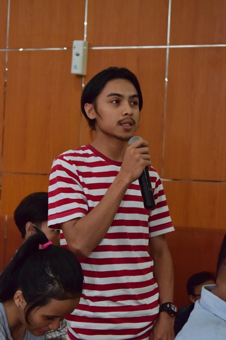 salah satu mahasiswa AN sedang mengajukan pertanyaan dalam seminar AN