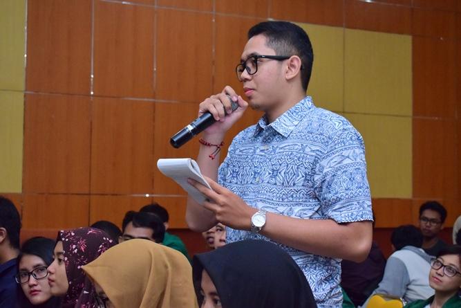 salah satu peserta dalam seminar AN sedang mengajukan pertanyaan