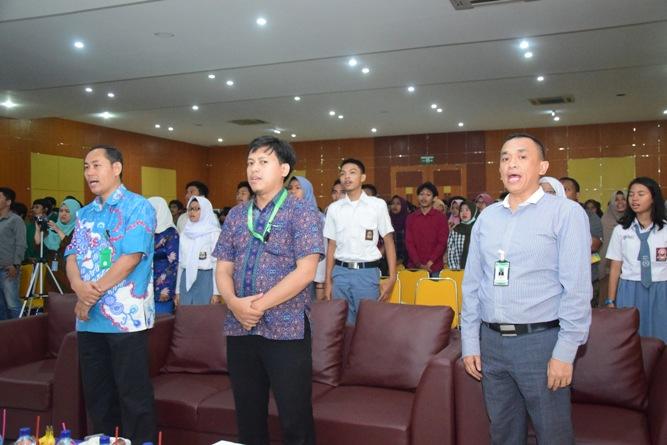 para tamu undangan sedang menyanyikan lagu indonesia raya