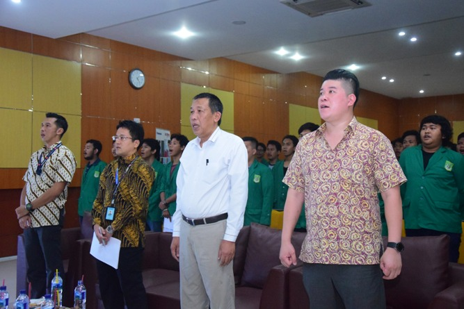 para tamu undangans menyanyikan lagu indonesia raya