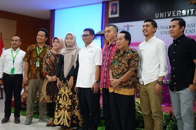 Foto bersama seluruh narasumber dan dosen di lingkungan fakultas ekonomi