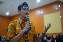 Mahasiswa bertanya kepada narasumber pada acara Dialog Pariwisata di Aula blok 1 lantai 4 Universitas Nasional, Selasa (25/6)
