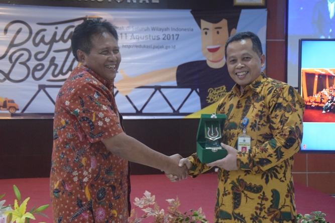 Pemberian piagam penghargaan kepada Kanwil DJP Jaksel II dari UNAS