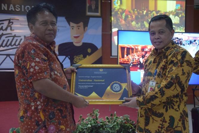 Pemberian sertifikat kepada UNAS dari Kanwil DJP Jaksel II