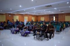 para tamu undangan dan peserta sedang mendengarkan paparan materi perpajakan