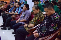 para tamu undangan sedang berdoa di awal acara