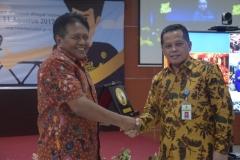 pemberian piagam penghargaan dari Kakanwil DJP Jaksel II kepada UNAS