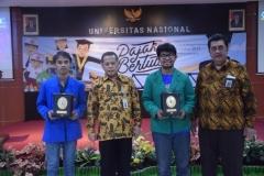 pemberian piagam penghargaan kepada mahasiswa universitas pancasila dan universitas muhammadiyah jakarta