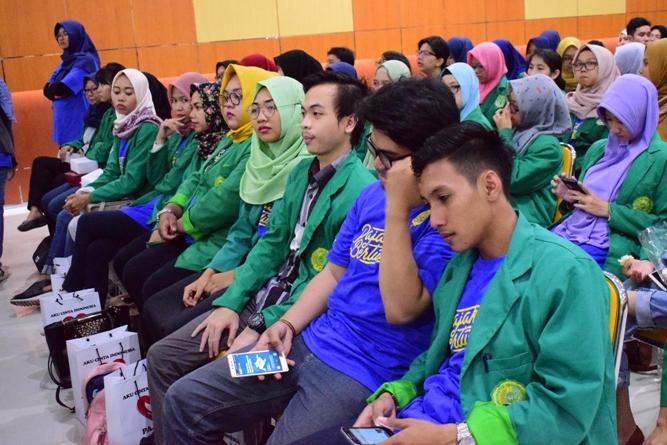 para peserta sedang mendengarkan seminar perpajakan