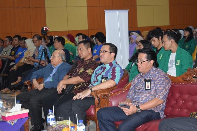 para tamu undangan sedang mendengarkan paparan materi seminar