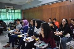 mahasiswa sedang mendengarkan paparan materi dari narasumber