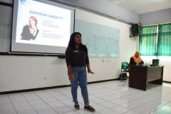 mahasiswa sedang presentasi