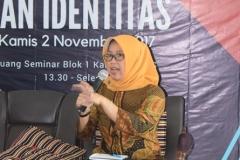 Ketua Program studi Sosiologi Dr. Erna saat sedang memberikan sambutannya dalam acara seminar sosiologi