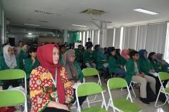 ibu Adilita dan para mahasiswa dari program studi sosiologi sedang mendengarkan paparan materi dalam seminar sosiologi