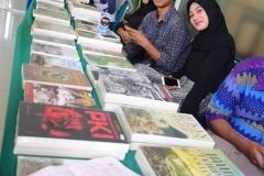 mahasiswa dari himpunan mahasiswa sosiologi sedang mempromosikan buku dalam seminar sosiologi