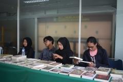 mahasiswa dari himpunan program studi sosiologi saat mempromosikan buku dalam seminar sosiologi