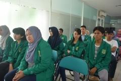 mahasiswa himpunan program studi sosiologi sedang menyimak paparan materi dalam acara seminar sosiologi