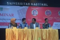 para pembicara sedang berdiskusi dalam acara seminar