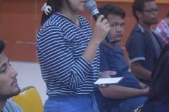 mahasiswa prodi ilmu komunikasi sedang memberikan pertanyaan dalam seminar