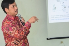 Dr. Fachrudin Mangunjaya saat pemaparan seminar