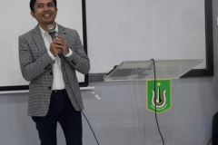 Kepala-Divisi-Hukum-PT-Pegadaian-persero-Holilur-Rohman-sedang-memberikan-materinya-kepada-peserta-seminar