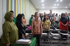 para-peserta-seminar-sedang-menyanyikan-lagu-Indonesia-Raya