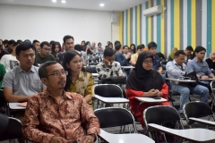 para-peserta-seminar-sedang-menyimak-pembicaraan-dalam-seminar