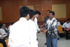 Wakil Rektor Bidang Akademik Prof. Dr. Iskandar Fitri, S.T., M.T. dan Kepala Badan Pengembangan Profesi Dr. Adjat Daradjat, M.Si bersalaman dengan peserta sertifikasi K3 di Aula Blok 1 lantai 3 UNAS, Jumat (10/5)
