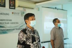 Para asesor sedang menyanyikan lagu Indonesia Raya pada pembukaan kegiatan