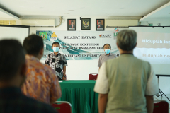 Para peserta menyanyikan lagu Indonesia Raya pada pembukaan kegiatan