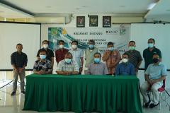 Foto bersama para asesor dan asesi dalam kegiatan sertifikasi