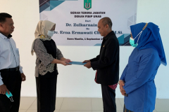 Serah terima jabatan dekan fisip dari Dr. Zulkarnain, S.I.P., M.Si. (kanan dua) kepada Dr. Erna Ermawati Chotim, M.Si. (kiri dua) pada Rabu, 1 September 2021 diruang seminar UNAS disaksikan oleh guru besar fisip UNAS Prof. Dr. Paisal Halim, M.Hum., (kiri) dan Prof. Dr. H. Syamsiah Badruddin, M.Si. (kanan)