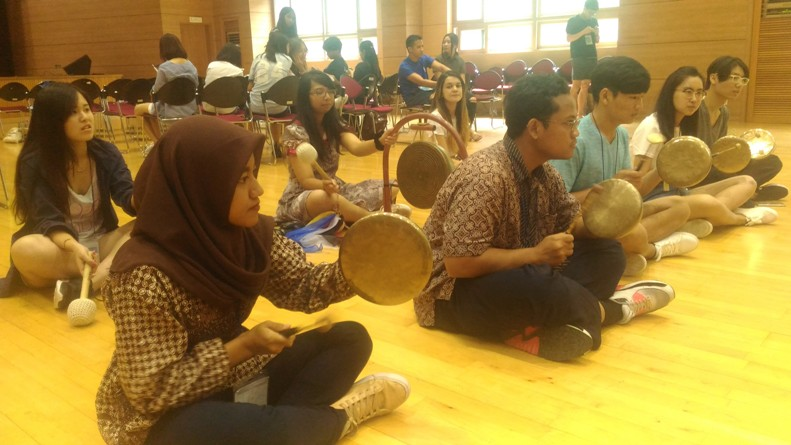 Mahasiswa Unas Nurul Istiqomah saat belajar musik korea