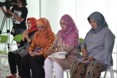 para dosen sedang membaca doa