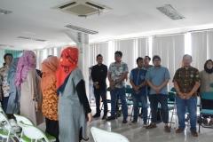 hadirin sedang menyanyikan lagu indonesia raya