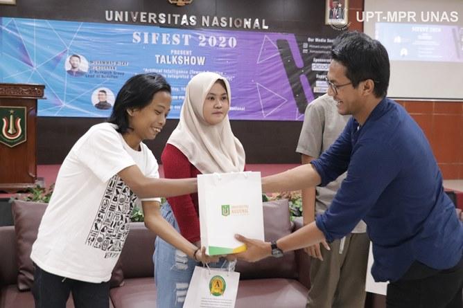 Penyerahan doorprize kepada peserta dengan penanya terbaik diserahkan oleh AI Research Group Lead at Nodeflux Muhammad Rizky Munggaran (kanan)