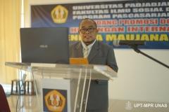 Dr. Hendra Maujana Saragih, S.I.P., M.Si. sedang membacakan ringkasan disertasinya kepada promotor dan penguji, di Ruang Seminar Universitas Nasional, 08 Februari 2021