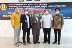 Dr. Hendra Maujana Saragih, S.I.P., M.Si.  (tengah) saat berfoto bersama dengan para undangan