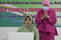 (kiri-kanan) Dr. dr. Andi Julia Rifiana, M.Kes. dan Dekan Fakultas Ilmu Kesehatan Universitas Nasional Dr. Retno Widowati, M.Si. dalam sidang terbuka promosi doktor Fakultas Kedokteran Universitas Andalas Padang