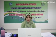 Dr. dr. Andi Julia Rifiana, M.Kes. sedang membacakan ringkasan disertasinya kepada promotor dan penguji, di Jakarta (19/11).