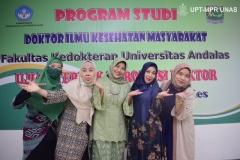 Segenap dosen di lingkungan Fakultas Ilmu Kesehatan Universitas Nasional berfoto bersama dalam sidang terbuka promosi doktor  di Jakarta (19/11).