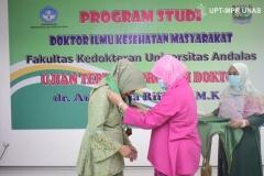Pengalungan kepada Dr. dr. Andi Julia Rifiana, M.Kes.  oleh Dekan Fakultas Ilmu Kesehatan Universitas Nasional Dr. Retno Widowati, M.Si. (kanan) di Jakarta (19/11).