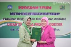 Penyerahan ijazah kepada Dr. dr. Andi Julia Rifiana, M.Kes. (kiri) oleh Dekan Fakultas Ilmu Kesehatan Universitas Nasional Dr. Retno Widowati, M.Si. (kanan)  di Jakarta (19/11).