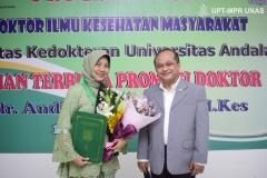 (kiri-kanan) Dr. dr. Andi Julia Rifiana, M.Kes. dan Dosen Politik dan Hukum Universitas Nasional Drs. Ganjar Razuni S.H., M.Si.