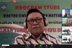 Anggota Dewan Pertimbangan Presiden Dr. dr. H. R. Agung Laksono saat menyampaikan ucapan selamat kepada dr. Andi Julia Rifiana, M.Kes.