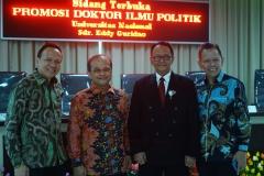 Foto bersama Calon doktor (sdr. Eddy  Guridno) bersama para undangan