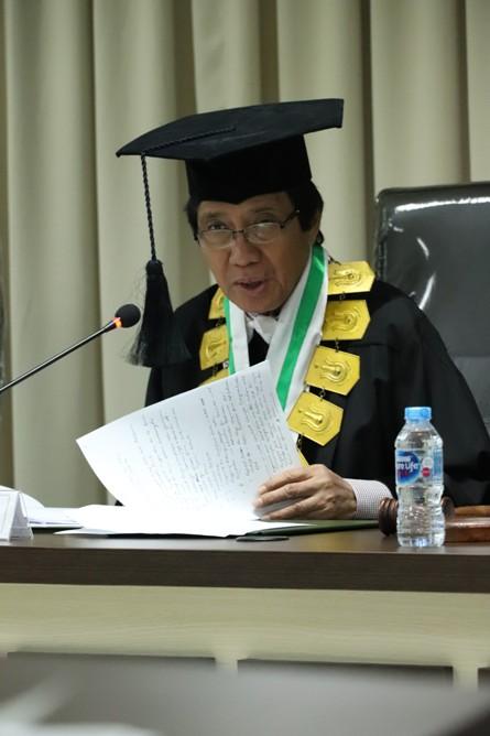 Prof. Dr. Kausar, AS., MSi dalam sidang sedang meyampaikan pertanyaanya kepada Sdr Habib