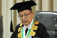 Direktur Sekolah Pascasarjana UNAS, Prof. Dr. Maswadi Rauf, M.A. sedang menanggapi presentasi Sdr Habib