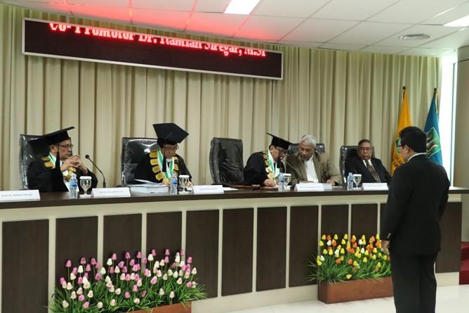 para penguji sedang menyampaikan hasil sidangnya kepada Sdr Habib
